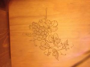 Detalle de las uvas grabadas