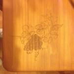 Tapa de la mesa grabada